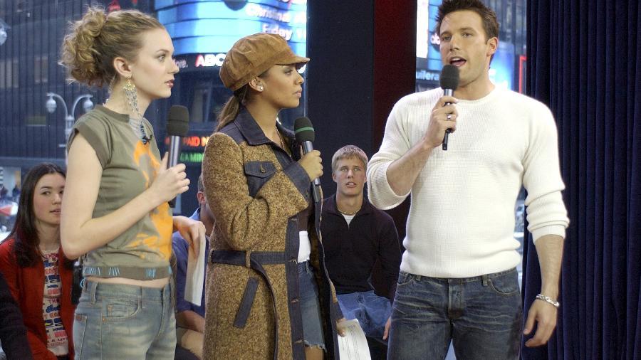 """Ben Affleck (à dir), La La e Hilarie Burton no programa """"TRL"""" da MTV americana em fevereiro de 2003 - Getty Images"""