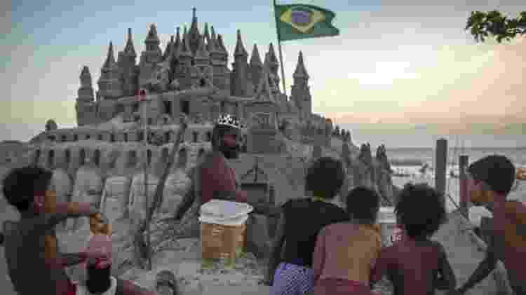 """Marcio Mizael Matolias mostra sua """"casa"""" para quem estiver passando pela praia - AFP / MAURO PIMENTEL - AFP / MAURO PIMENTEL"""