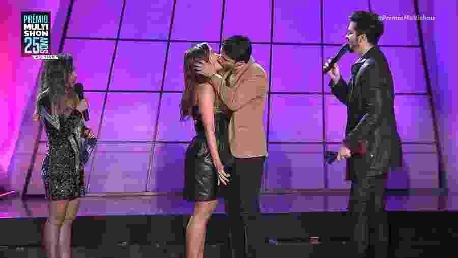 Anitta beija o músico Leandro, do grupo Atitude 67, no palco do Prêmio Multishow - Reprodução/Multishow