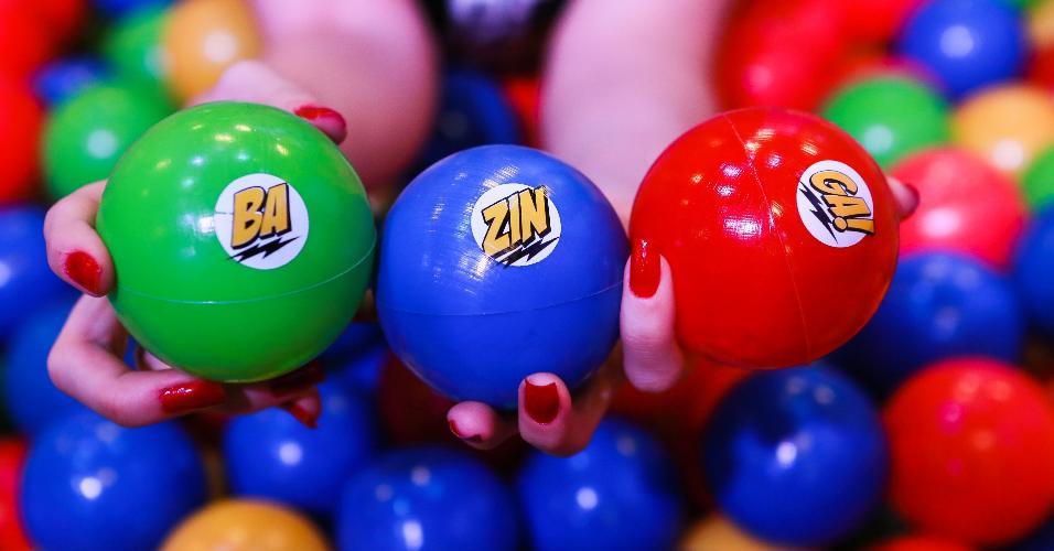 """Quem gosta de """"The Big Bang Theory"""" terá o desafio de formar a palavra """"bazinga"""" em meio a uma piscina de bolinhas"""