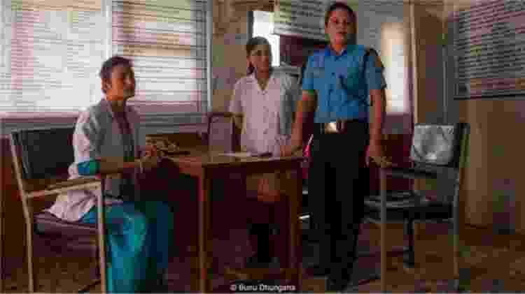 A equipe do centro de gerenciamento de crise - a enfermeira Punam Rawat, a conselheira Radha Paudel e a policial Sabita Thapa - assistem uma paciente - BUNU DHUNGANA - BUNU DHUNGANA