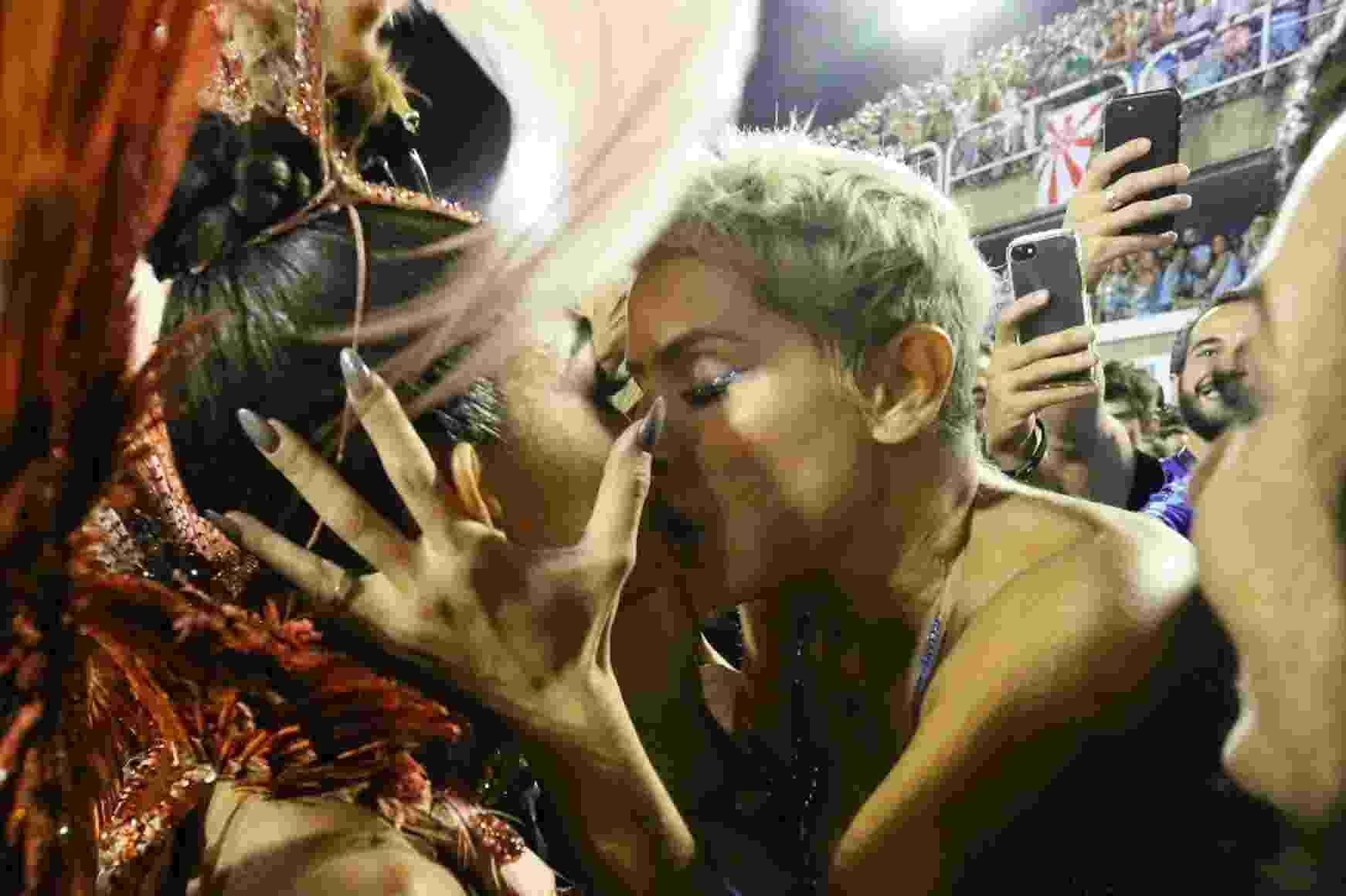 Juliana Paes dá selinho em Deborah Secco no desfile da Grande Rio - Wallace Barbosa/AgNews