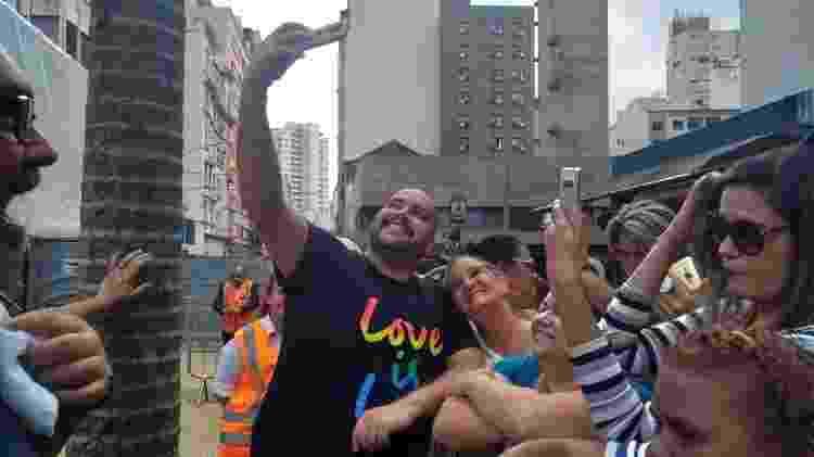 O cantor e ator posa para fotos com o público na Praça da República - Soraia Gama / UOL