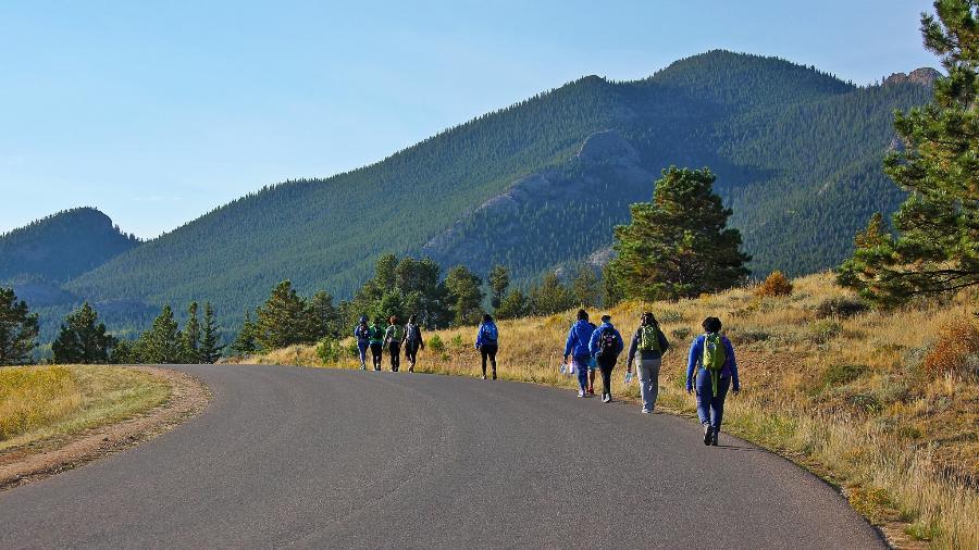 Mulheres durante caminhada promovida pelo GirlTrek em Estes Park, Colorado - GirlTrek