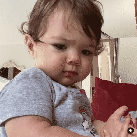 Clara encantou os seguidores da mãe com a carinha de brava - Reprodução