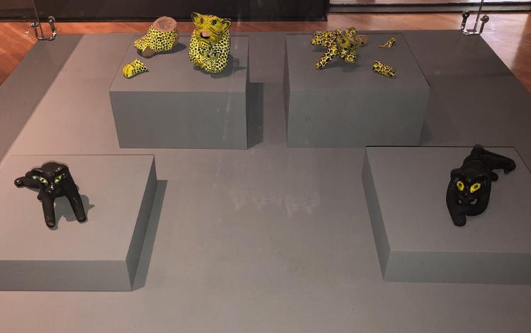 Na obra Áxiná (exna), Apêtxiênã e Krokxí, as onças despedaçadas de Tamikuã Txihi. Foto: Sibélia Zanon - Divulgação - Divulgação