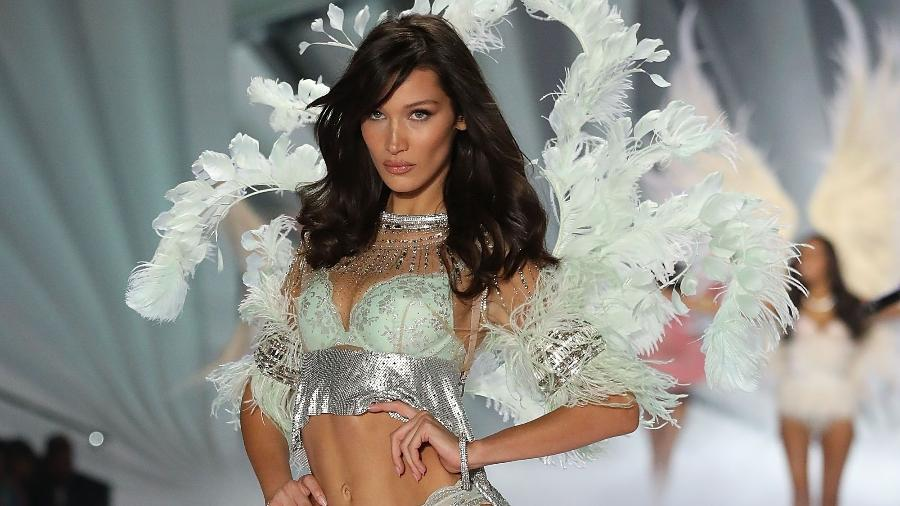 "Bella Hadid desfila para a Victoria""s Secret antes do reposicionamento da marca - Getty Images"