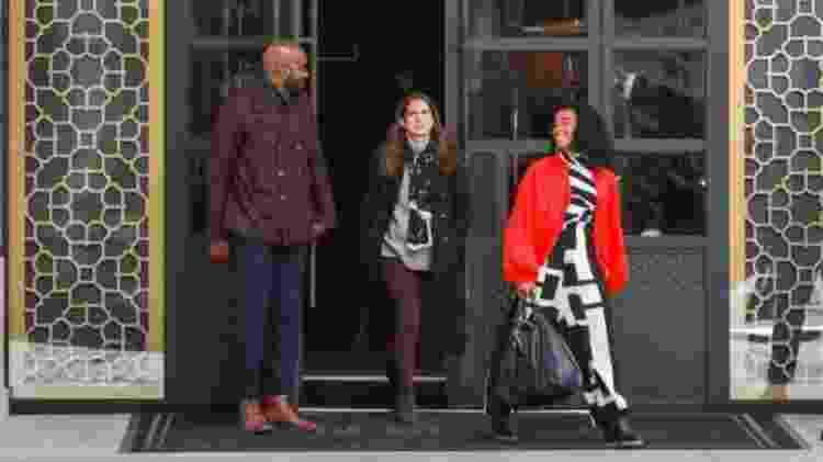 Anna Chlumsky (ao centro) interpreta a jornalista investigativa, enquanto Alexis Floyd (à direita) será a concierge do hotel Neff Davis - GETTY IMAGES - GETTY IMAGES