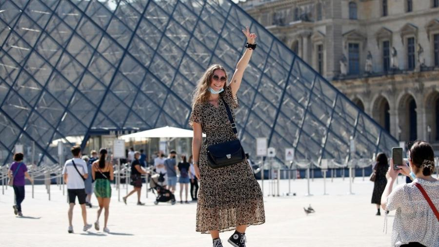 Turista no Louvre, na França - Getty Images