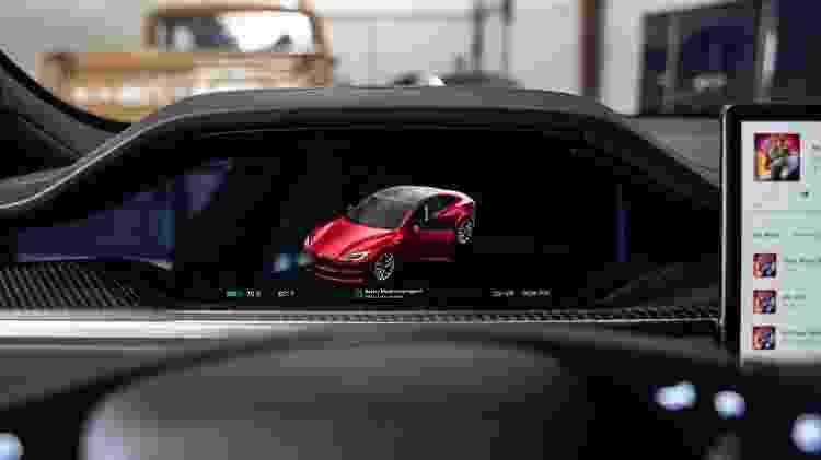 Painel exibe carga das baterias; Autopilot exige colocar mão no volante após alguns segundos - Arquivo pessoal - Arquivo pessoal