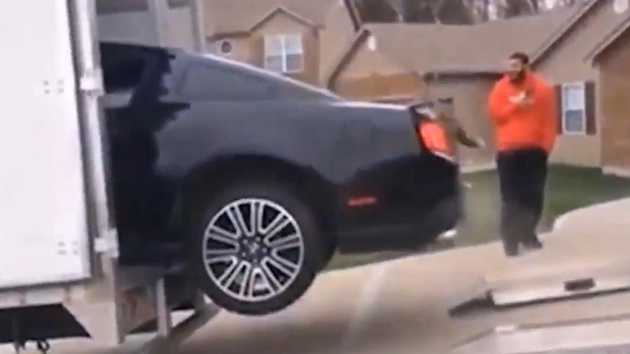 Ford Mustang cai de rampa de carregamento - Reprodução
