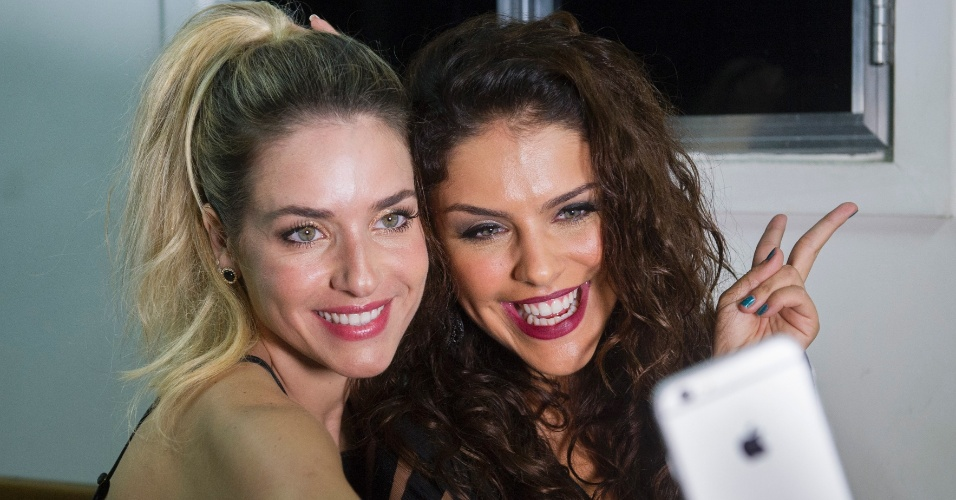 Monique Alfradique e Paloma Bernardi gravam vinheta com os ex-participantes do quadro