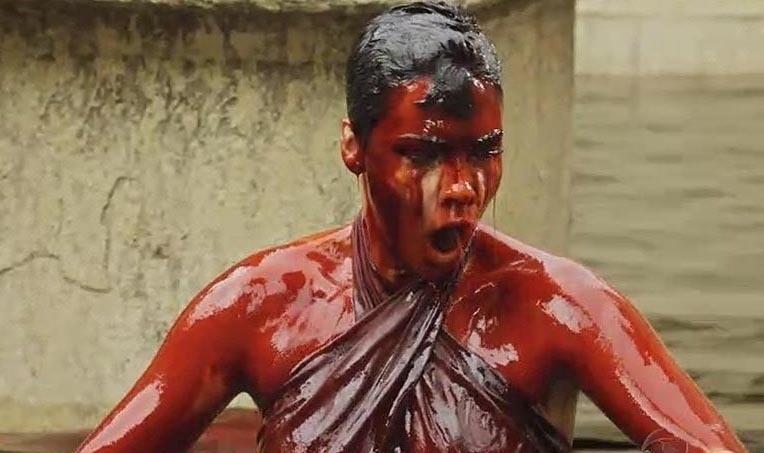Nefertari (Camila Rodrigues) dá um mergulho e fica desesperada ao sair da água coberta de sangue