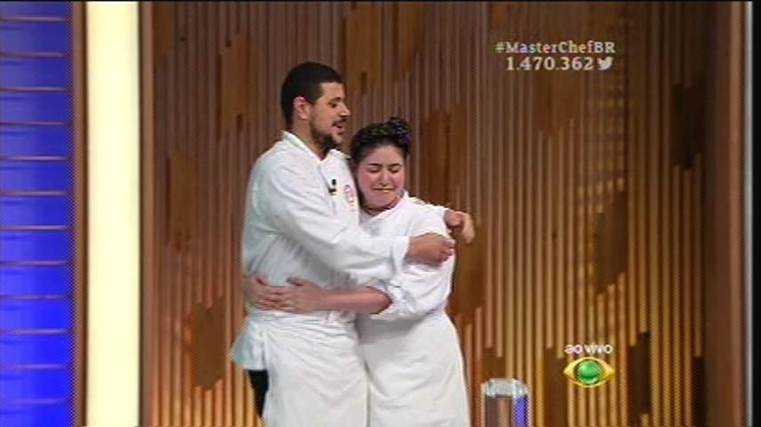 15.set.2015 -  Izabel e Raul se abraçam antes de saberem o resultado do programa