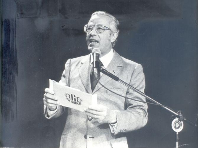 """O radialista e apresentador Blota Júnior, morto em dezembro de 1999, trabalhou 33 anos da TV Record, onde apresentou """"Adivinhe o que Ele Faz"""" (1959), os polêmicos festivais da MPB (anos 60), """"Essa Noite se Improvisa"""" e a entrega do prêmio Troféu Roquette Pinto, evento que criou. Acima, ele apresenta o """"Olho na Notícia"""", exibido na Cultura no final da década de 70"""