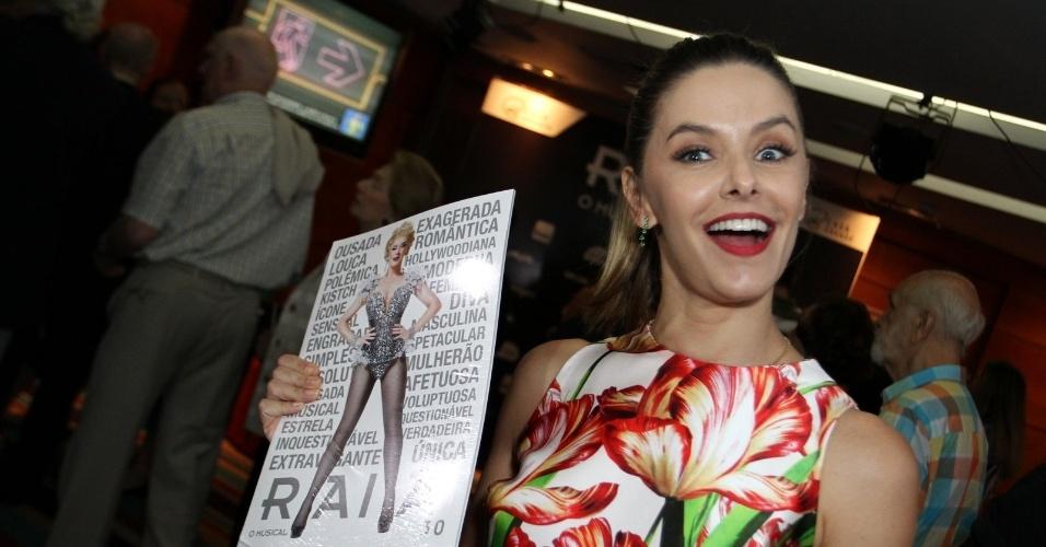 26.out.2015 - A ex-paquita Bianca Rinaldi comparece à pré-estreia do espetáculo