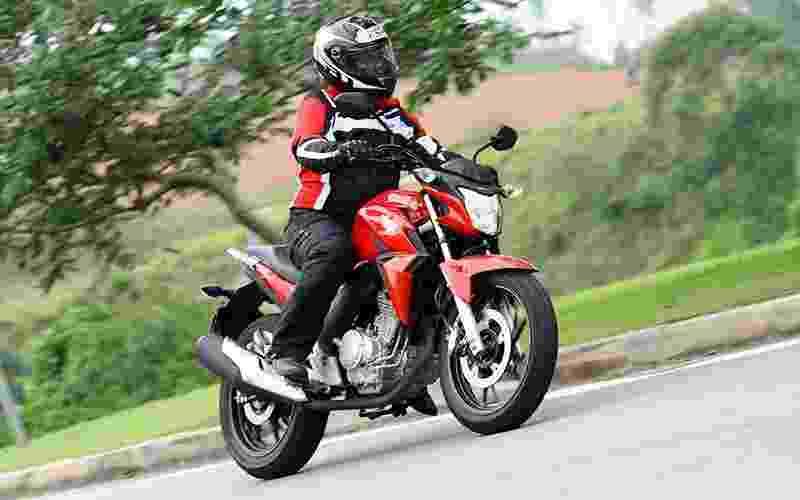 Honda CB Twister vs. Yamaha Fazer 250 - Mario Villaescusa/Infomoto