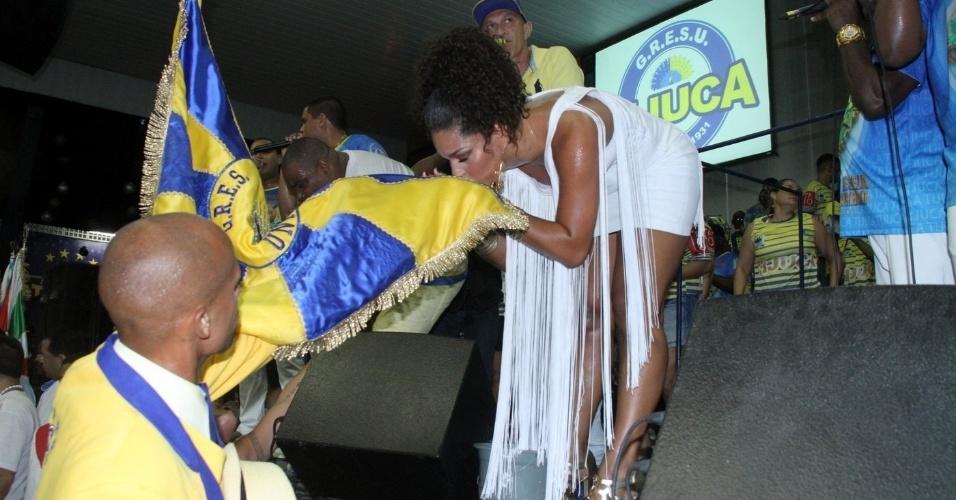 19.dez.2015 - Atriz Juliana Alves beija a bandeira da Unidos da Tijuca, na quadra da escola, no Rio de Janeiro