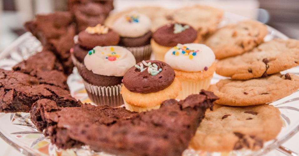 Brownies, cookies e cupcakes de chocolate e baunilha foram algumas das sobremesas servidas no chá da tarde, organizado para festejar os seis anos da menina Stephanie