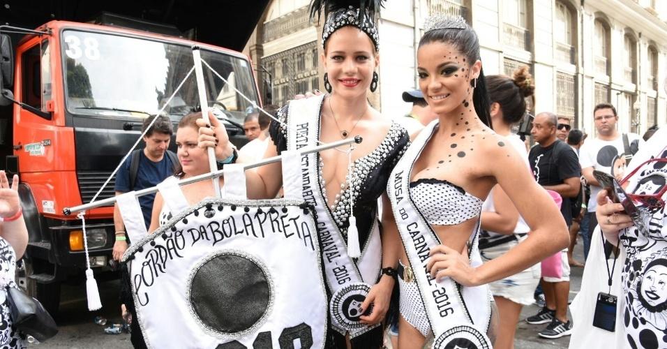 06.fev.2016 - Leandra Leal e Jennifer de Paula posam juntas na concentração do bloco Cordão da Bola Preta, um dos mais antigos do Rio de Janeiro.