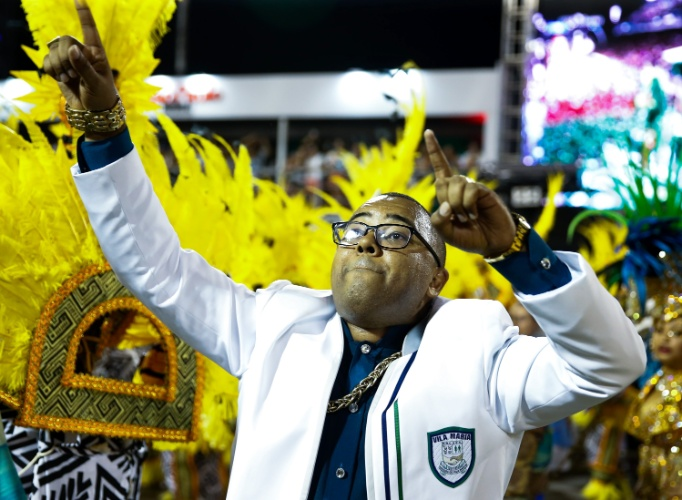 """6.fev.2016 - Dudu Nobre, um dos compositores do samba-enredo """"A Vila famosa é mais bela, Ilhabela das maravilhas"""", entrou na avenida da Unidos de Vila Maria na madrugada deste sábado"""