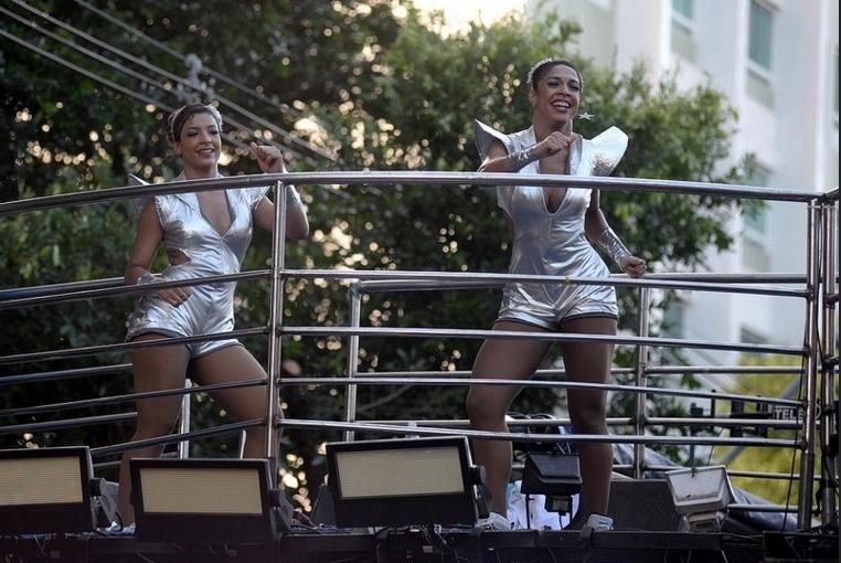 Dançarinas do Bloco As Muquiranas também usaram um macaquinho para a apresentação no sábado (6) no Campo Grande