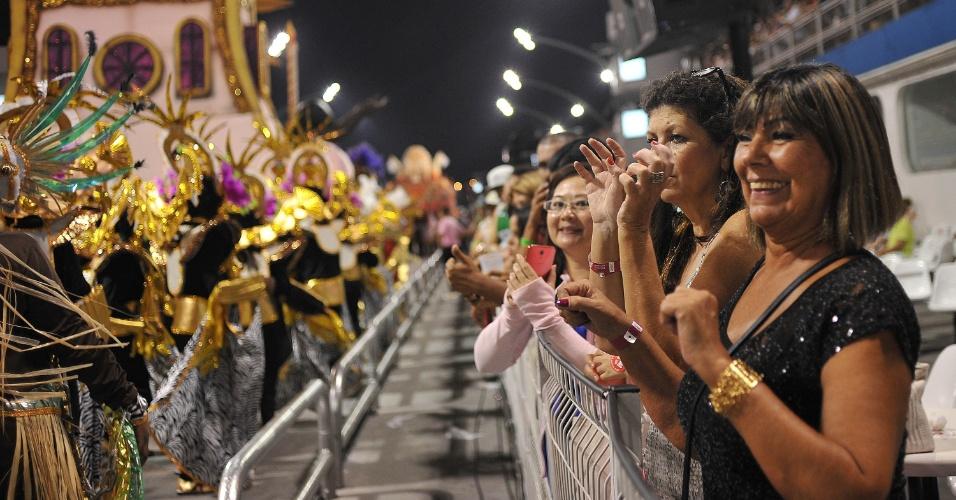 8.fev.2016 - Público assiste ao desfile da escola Morro da Casa Verde de Camarote