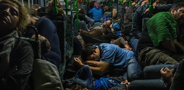 Dezenas de refugiados dormem no chão de um ônibus após deixar Budapeste em direção à Viena, na Áustria  - Mauricio Lima/The New York Times/The Pulitizer Prizes