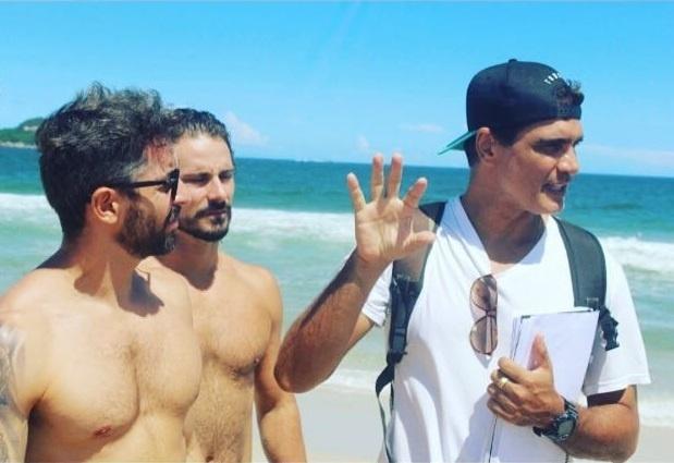 """Rafael Calomeni (de boné) dirige Jorge Medina e Sérgio Abreu na websérie """"O Quarto ao Lado"""""""