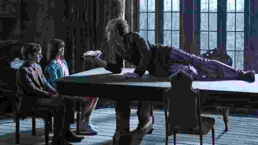"""Os órfãos Violet (Malina Weissman) e Klaus (Louis Hynes) aparecem com o Conde Olaf (Neil Patrick Harris) em cena de """"Desventuras em Série"""" - Netflix/Divulgação"""