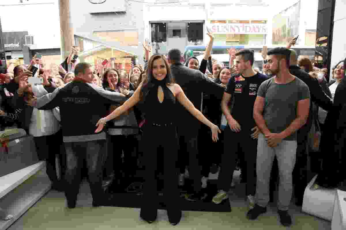 """Vencedora do """"BBB17"""", Emilly Araújo causou alvoroço durante a inauguração de uma loja popular de roupas no bairro do Brás, centro de São Paulo, nesta terça-feira (6). Ela quase não conseguiu entrar no local por causa da multidão que tentou tocá-la. Protegida por seguranças, a ex-sister tirou selfies com os fãs - Marcos Ribas/Brazil News"""