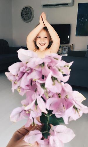 Por que não usar buquê de flores para compor os looks imaginários?