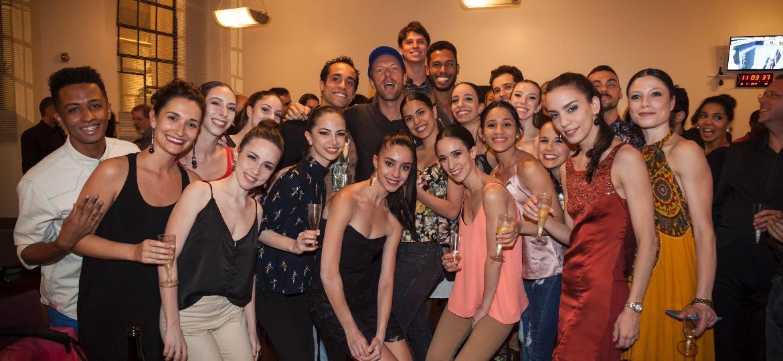 """Chris Martin (de boné) com o elenco e convidados do espetáculo """"Noite Tchaikovsky ? II Ato de O Lago dos Cisnes"""" - Fernanda Kirmayr/Divulgação"""