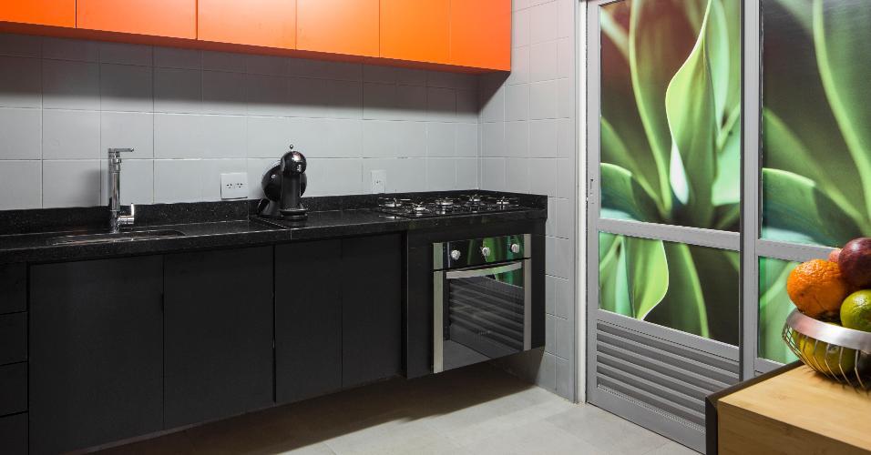 Sem quebra-quebra, a cozinha se transformou com a pintura dos azulejos. O Arquiteto Robert Robl também cobriu o piso de cerâmica com placas vinílicas que imitam o visual do cimento queimado. Ele também poupou grande parte da marcenaria mudando apenas algumas portas danificadas