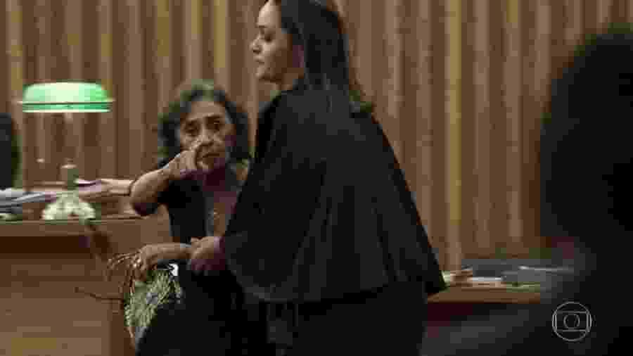 """Caetana é retirada do tribunal durante julgamento de Duda em """"O Outro Lado do Paraíso"""" - Reprodução/TV Globo"""
