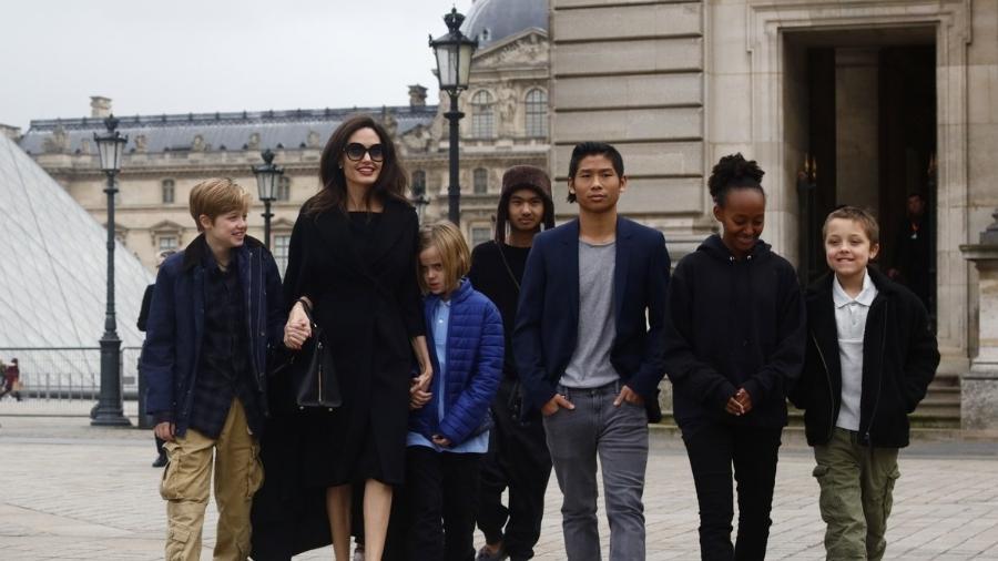 Angelina Jolie e os seis filhos em Paris - Reprodução