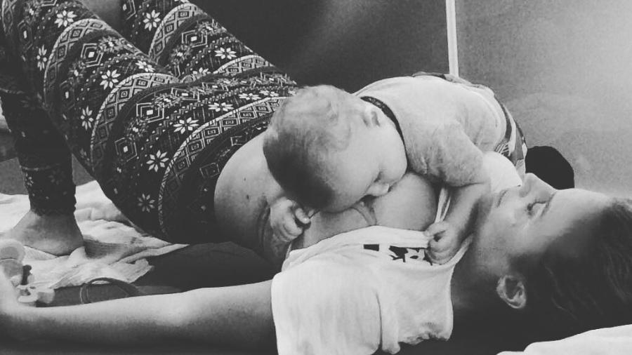 Maíra Charken amamenta o filho durante exercício para o bumbum - Reprodução/Instagram