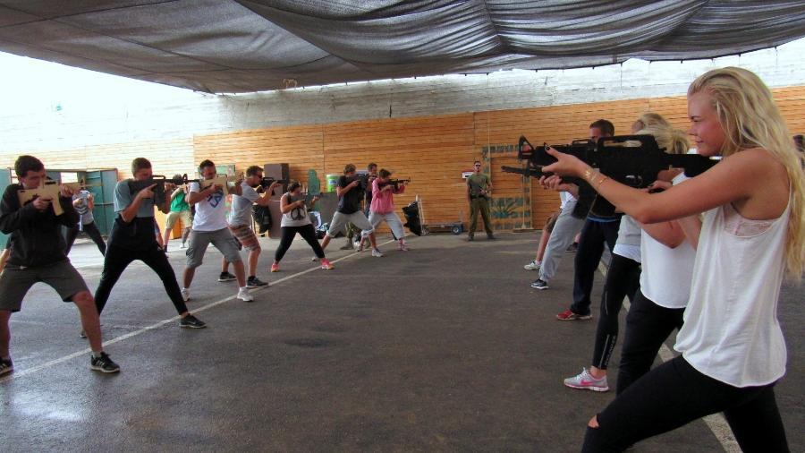 No Caliber 3, turistas seguram armas em treinamentos de contraterrorismo - Divulgação/Caliber 3