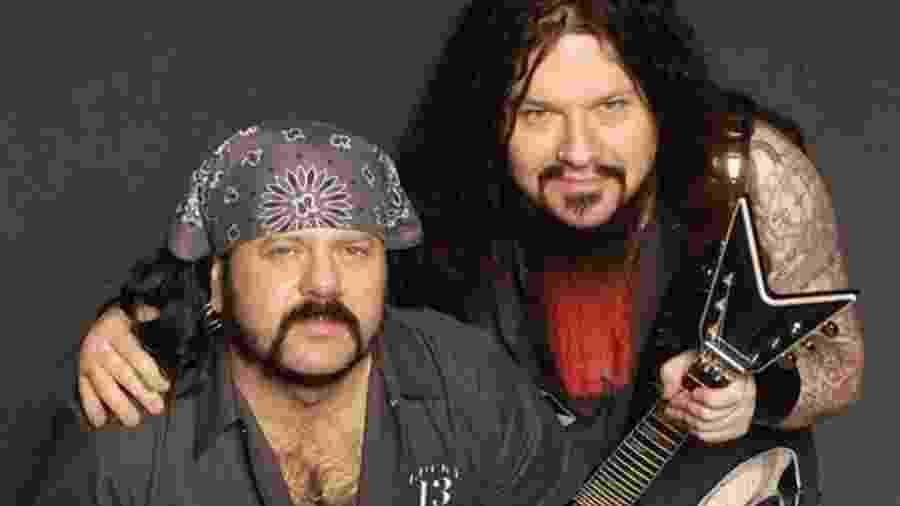 O baterista Vinnie Paul e e o guitarrista Dimebag Darrell - Divulgação