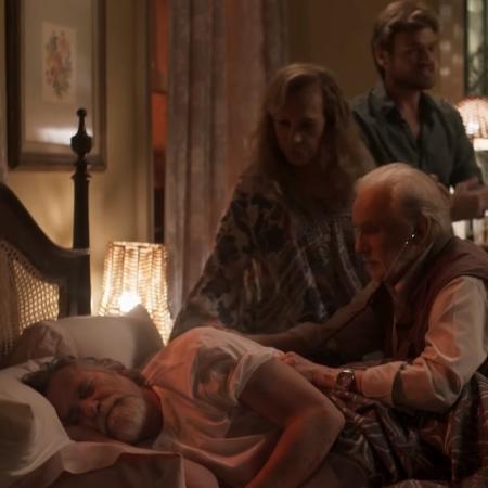 Nestor cuida de Dodô em sua casa, a pedido de Naná - Reprodução/ TV Globo