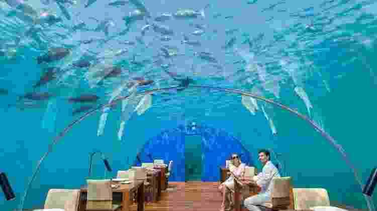 O restaurante Ithaa Undersea, que oferece pratos refinados e funciona submerso no Oceano Índico - Divulgação/Conrad Maldives