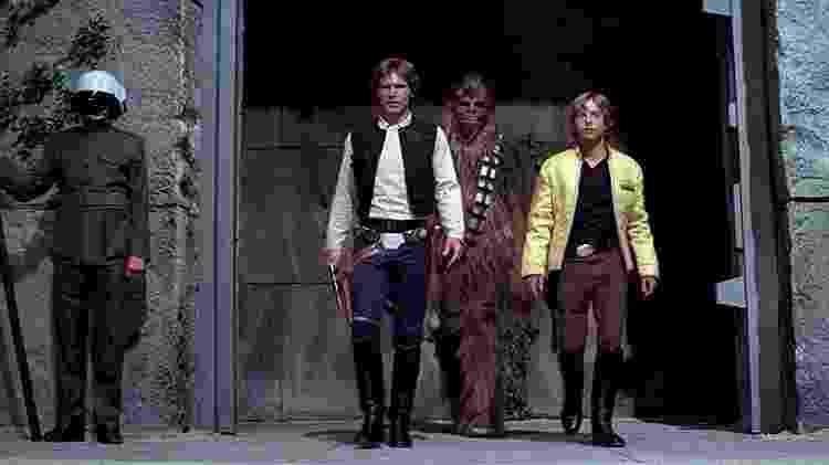 """Peter Mayhew (ao centro, como Chewbacca) entre Harrison Ford e Mark Hamill no primeiro """"Star Wars"""", de 1977 - Reprodução"""