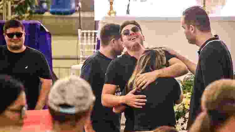 Wesley Safadão abraça sua mãe, dona Bill, que o acompanhou no velório do cantor e amigo Gabriel Diniz - Steven Ellison/Brazil News