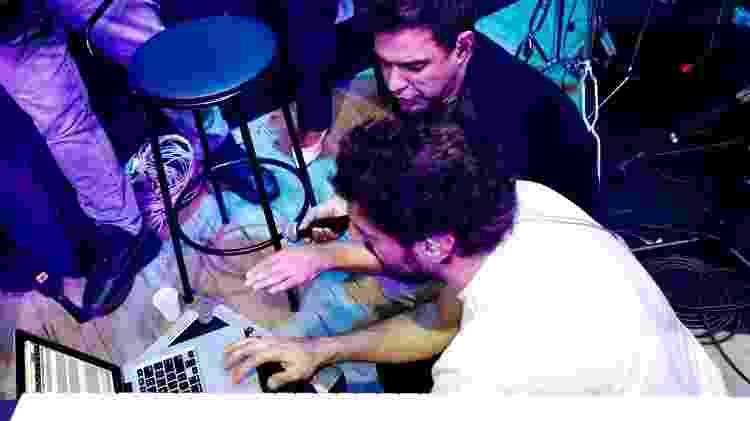 Zezé Di Camargo acompanha os músicos durante os ensaios - Mariana Pekin/UOL