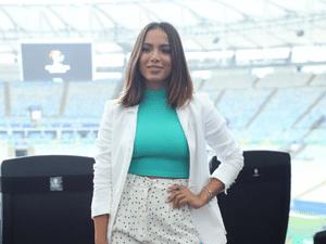 1debebe0bf2e Anitta cria look ideal de trabalho com gola alta e poás; repita por R$ 240  - 13/07/2019 - UOL Universa