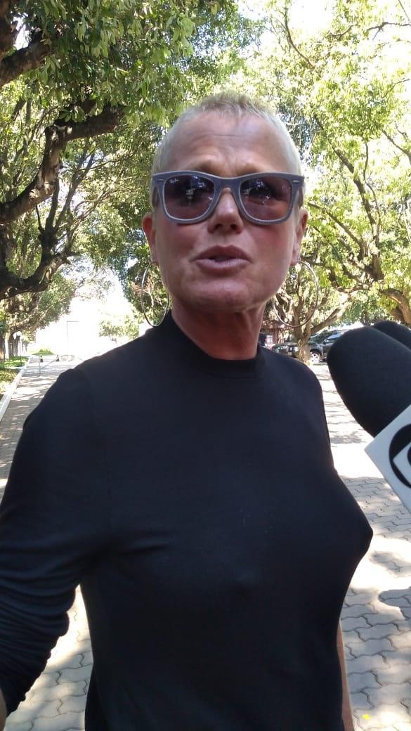 Xuxa no velório do ex-diretor da Globo Maurício Sherman