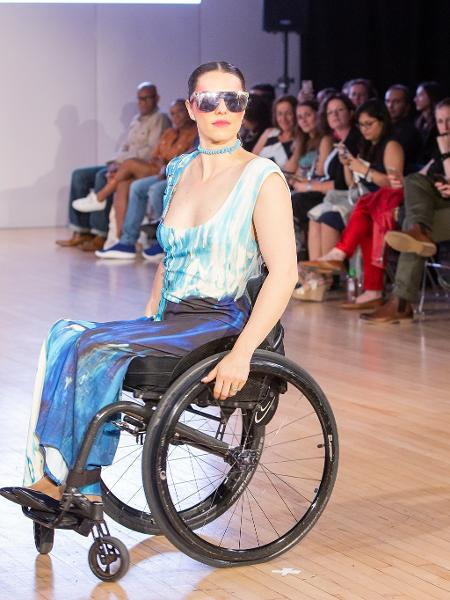 """Modelo cadeirante Samanta Bullock usa moda para inclusão: """"Roupa tem que se adaptar a nós"""" - Ange Harper"""