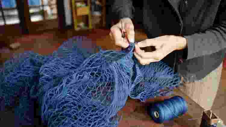 A artesã Nara Guichon cria esponjas a partir de redes de pesca industrial - Divulgação - Divulgação
