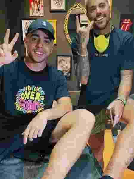 A Fazenda 2020: Lucas Maciel e Lipe Ribeiro após tatuagem de chaleira para relembrar o reality - Reprodução/Playplus