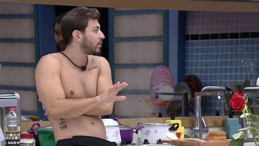 BBB 21: Caio reclama que Fiuk não ajuda na limpeza da cozinha da xepa - Reprodução/Globoplay